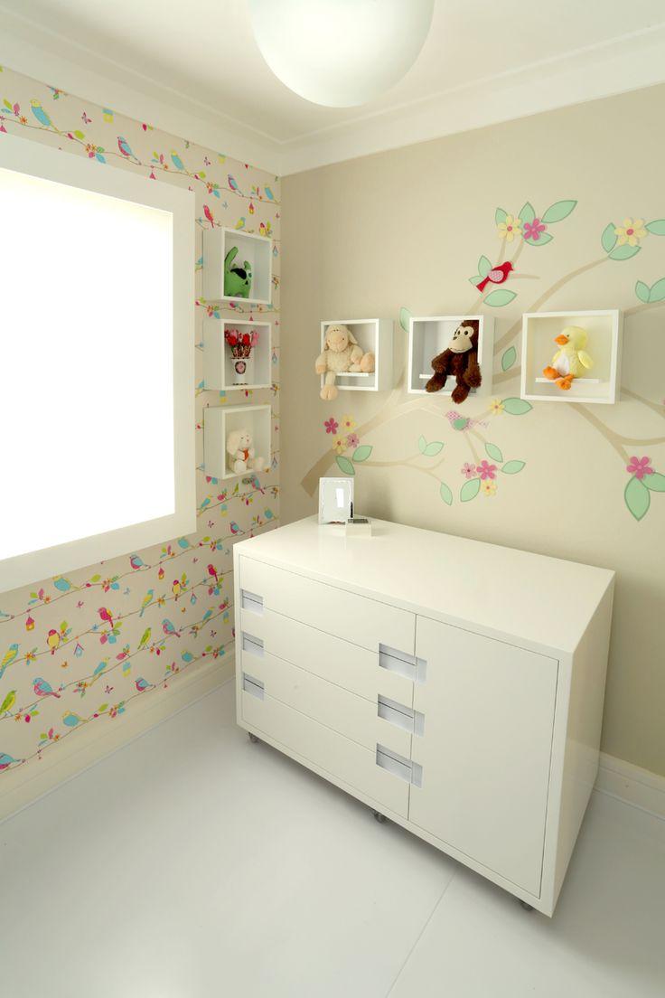 Quarto de bebe com cor porém bem suave. Cômoda , papel de parede, adesivo. www.guiduglidesign.com