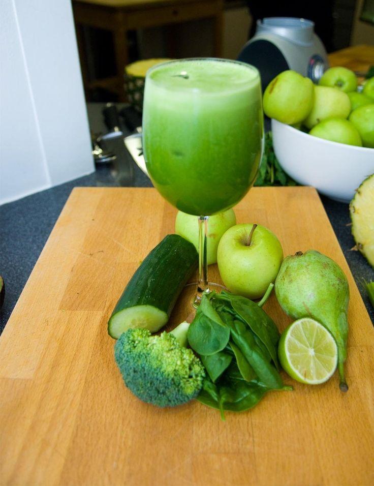 Jason Vale's Juice Recipes The green refresher : 1 pomme, 1 poire, 2 poignées de pousse d'épinard, 1/4 de concombre, 1 tranche de 2 cm de brocoli et 1 citron pelé