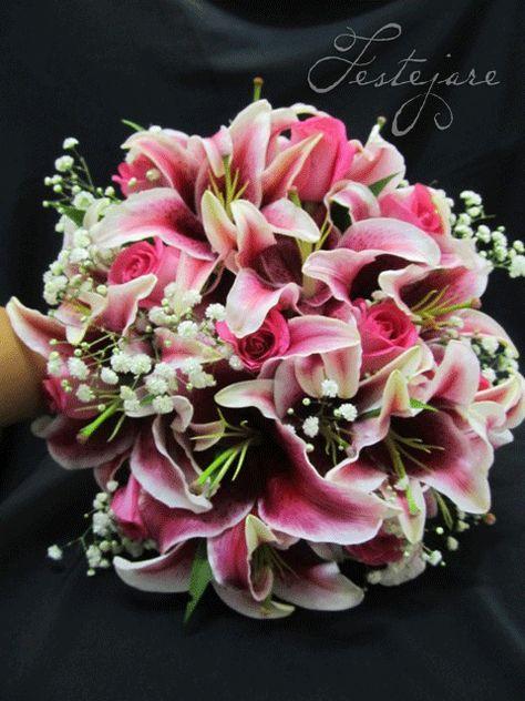 No dia 12/05/2012, a Festejare decorou o casamento da noiva Michele no Dream's Buffet! O bouquet da noiva foi de flores pink com detalhes em branco. A Festejare faz diversos tipos de bouquets…