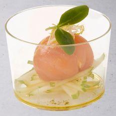 Bonbon van zalm en ei op een salade van appel