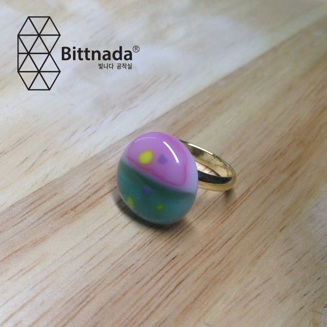 wind of springHandcut fused glass ringGlass size: mediumRing type:adjustable ringRing color:gold