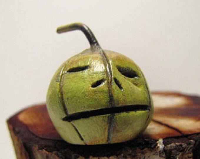 Sweet Little Henry liebt Gartenarbeit und wachsende Tomaten sind sein alle Zeit-Liebling. Nicht einmal ansatzweise zu Fragen, was passiert, wenn er einer von denen böse erwischt, dass Tomaten suchen auf seine Pflanzen... Ick Würmer.    Henry wird von einer Basis der Zeitung und Pappmaché und Kupferdraht Beine gemacht. Er hat mit Acryl und Buntstiften gemalt und ein Klarlack zum Schutz und versiegeln.    Er steht ca. 5 1/2 hoch an die Spitze der seinen Hut und ist 5 1/2 lang und ungefähr 4…