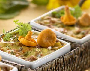 Sienilasagne tuorepastasta valmistuu itse tehdystä lasagnelevyistä ja vaikkapa kantarelleista.