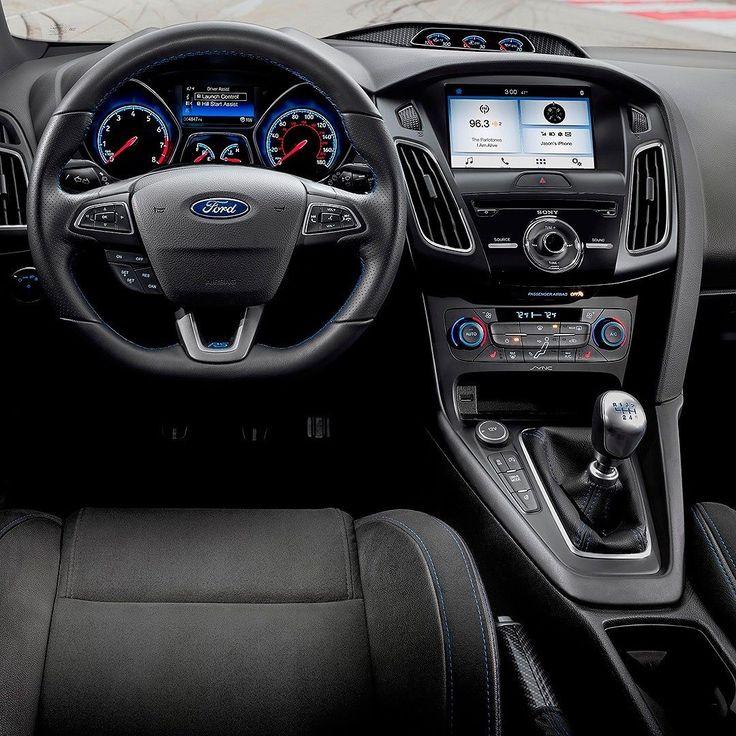 Ford Focus RS: série limitada inspirada pelos fãs Marca lançou uma edição limitada do Focus RS na América do Norte inspirada em sugestões dos fãs. O hatch estará disponível em duas cores vermelho Race e azul Nitrous ambas com teto e capas dos retrovisores em preto brilhante. O aerofólio traseiro tem acabamento na mesma cor com o logotipo RS em azul nas laterais. As rodas de liga leve são de 19 polegadas com pintura especial.  A cabine traz acabamento em fibra de carbono nas maçanetas…