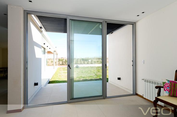 Puerta de metal, símil ventana. Contrafrente, patio.