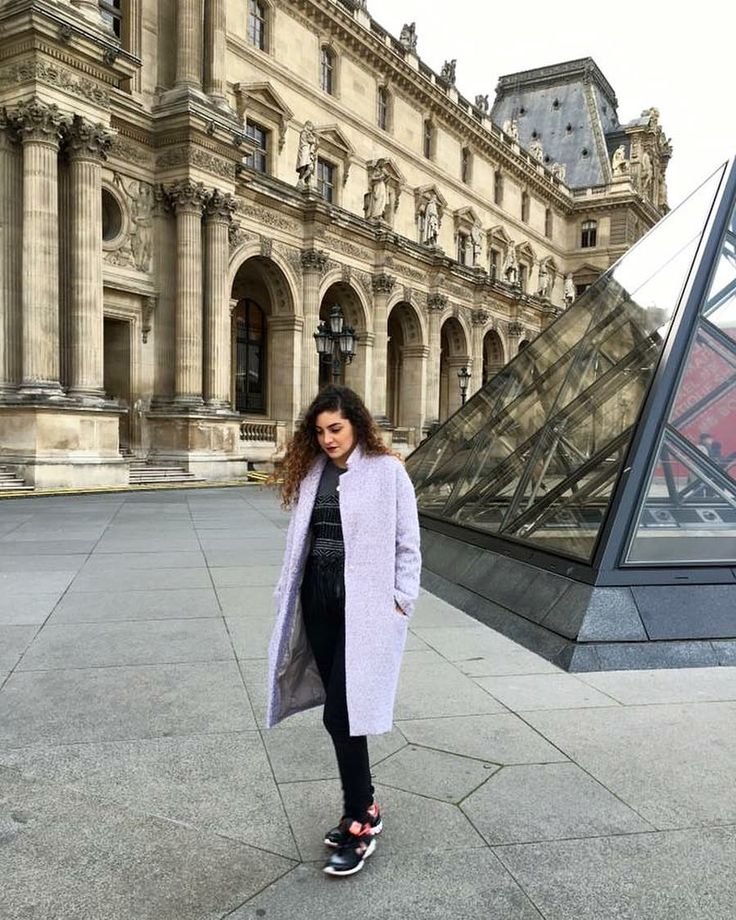 Paseo por Paris en Museo Louvre con outfit comodo para invierno, con tenis y abrigo en colores pasteles.