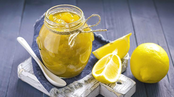 Diversa dal solito, questa Marmellata di Limoni con Buccia è una conserva ricca di vitamina C e proprietà antiossidanti. Perfetta per farcire una buona f...