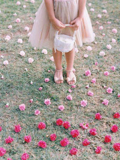 Ombre flowers: http://www.stylemepretty.com/destination-weddings/2015/03/11/diy-maui-wedding-at-olowalu-plantation-house/   Photography: Wendy Laurel - http://www.wendylaurel.com/