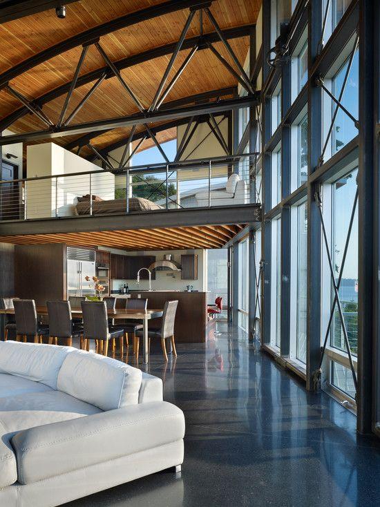 Loft com cobertura arredondada em madeira e vigas aparente