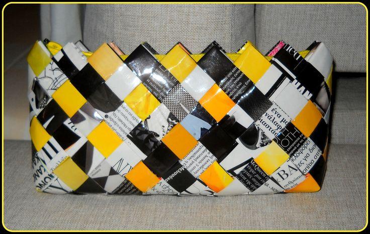 Φάκελος από ασπρόμαυρα και κίτρινα φύλλα περιοδικού.Διαστάσεις:29εκ.(μήκος)Χ13εκ.(ύψος)Χ3,5εκ.(πάτος).Με φερμουάρ σε έντονο κίτρινο.