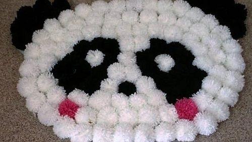 Come fare un tappeto pom pom per la cameretta dei bambini con il simpatico faccione di un panda. Facile da fare anche in forme diverse.