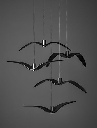 Inspirována volností a svobodou ptačího letu, originální závěsná svítidla Night Birds vdechnou interiéru poetické kouzlo i nebývalou dynamiku. Kolekce Night Birds se od ostatních kolekcí liší unikátním zpracováním, které spočívá v náročné technologii tavení skla do formy a jeho následného ohýbání.