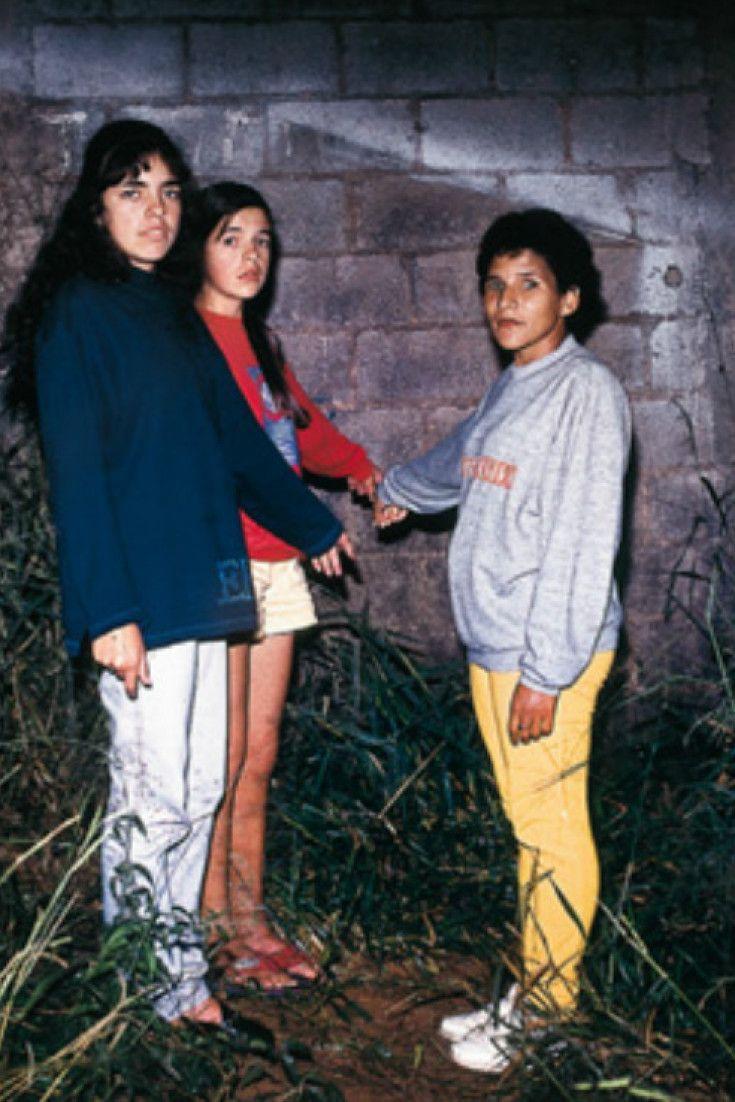 Foto das meninas que viram o ET de Varginha é perfeita para capa de qualquer disco indie