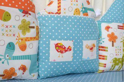 Купить или заказать Яркие бортики-домики в детскую кроватку с жирафиками в интернет-магазине на Ярмарке Мастеров. Супер популярный тренд в оформлении детской кроватки) Домики-подушки невероятно уютные и отлично защищают малыша в кроватке, ну а потом - декоративные подушки. Горошек принт с симпатичными жирафиками - ничего лишнего. В комплект в этой гамме можн также сшить одеялко, буквы-подушки, текстильные корзины, игрушки.
