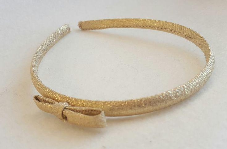 Ce serre tête nœud dorée est idéale pour les petites filles et les grandes coquettes. Le nœud est placé légèrement sur le coté. Il est idéale pour des cérémonies, des anniversaires ou même pour tous les jours. Dimensions du nœud 5x2cm.Lire la suite -->
