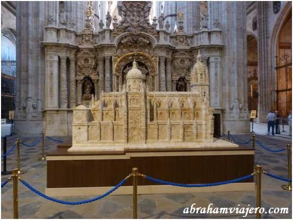 Honorio Astudillo ha esculpido con fidelidad los relieves de las puertas del templo, la cúpula, los pináculos, los arbotantes e incluso las 30.348 tejas de la cubierta. La torre alcanza una altura de 2,57 metros y el conjunto pesa en total 1.300 kilogramos.A...