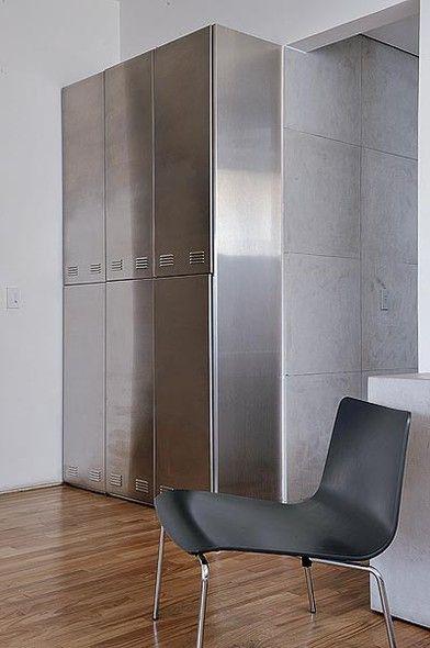 Os armários revestidos de chapa de inox, inspirados nos de vestiário, são a despensa do banheiro, criado pela arquiteta Valéria Blay