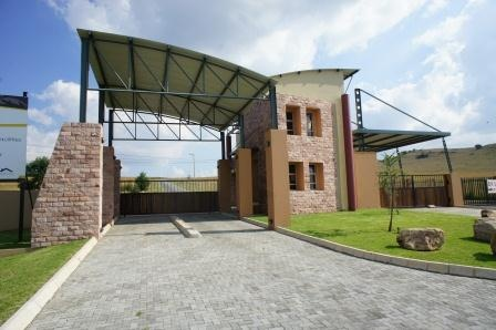 This stand is located in a secure estate overlooking Heidelberg and surrounding farmland. It offers easy access to all major freeways and 30 minute drive to Johannesburg city centre.