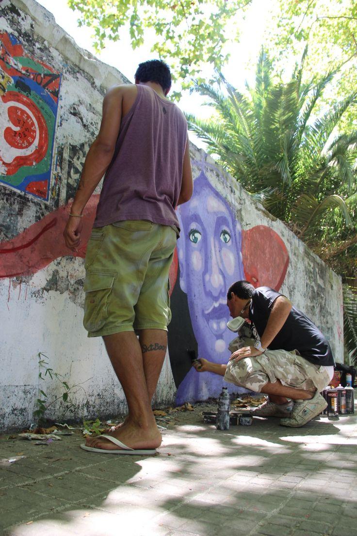 """Ao longo de um mês, os grafiteirosPack e Credo fizeram uma viagem de carro, percorrendo o Sul do Brasil e passando pela Argentina e Uruguai. Foram mais de6.000 km, em 11 cidades de 3 países, semprepintando painéis junto aos artistas locais.  A viagem foi paga principalmente pela venda das camisetas criadas pelos artistas como...<br /><a class=""""more-link""""…"""