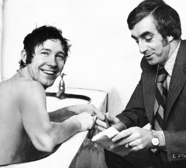 Sir Alex Ferguson being interviewed as the manager of St. Mirren FC while in the bath, 1976. #MUFC 