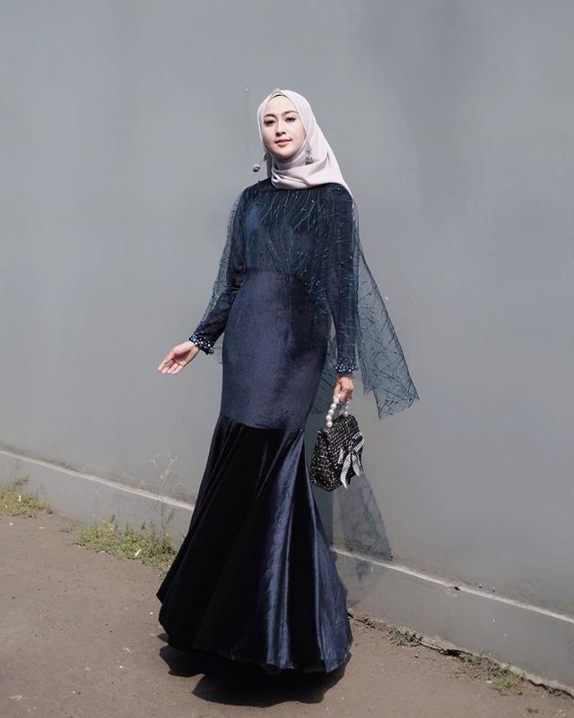 Dress Hijab Sitti Ashari Referensi Buatmu Yang Berpostur Jangkung Model Baju Wanita Pakaian Pengiring Pengantin Gaun Perempuan