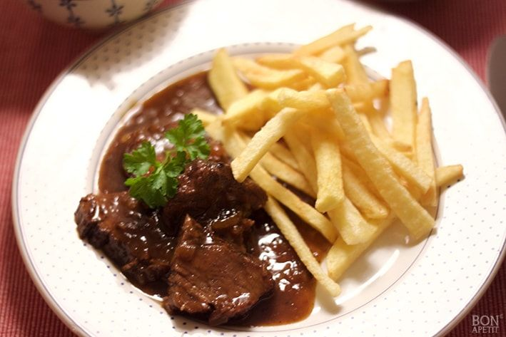 Een echt typisch Limburgs gerecht is zuurvlees. Heerlijk met zelfgemaakte frietjes en een salade. Zelf maken? Kijk snel voor het recept op BonApetit!