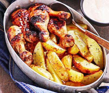 Kycklingben i ugn med frasigt rostad potatis till – en fenomenal kombination. Du gör en enkel glaze av soja, honung och vitlök att pensla kycklingen med. Servera det hela med såsen till, och ha en trevlig kalasmiddag!