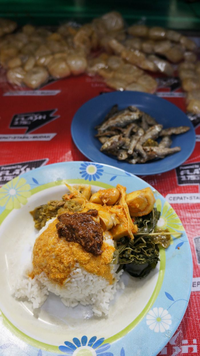 Nasi kapau: Minangkabau-style nasi rames, commonly known as nasi kapau, complete with local Minangkabau side dishes. (Photo by Keshie Hernitaningtyas)