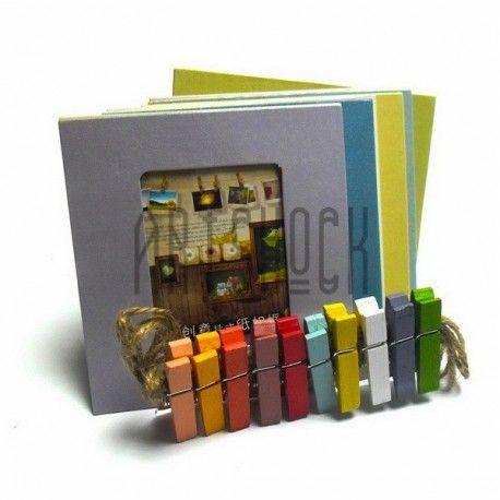 Десять рамок в виде квадратов: 9 см. х 9.5 см. для горизонтальных и вертикальных фотографий. Размер окошка под фото: 4.5 см. х 6 см. В комплекте 10 прищепок разных цветов. Размер прищепки: 3.5 см. х 1 см. х 0.5 см. Узкая пеньковая веревка коричневого цвета, длина веревки 190 см.