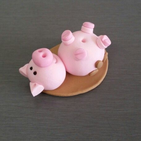 3D pig cupcake toppers and cake decorations.