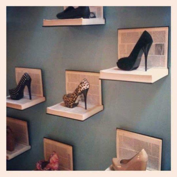 Niet alleen leuk voor schoenen. makkelijk te realiseren met wat oude boeken en L-vormige wandsteunen.