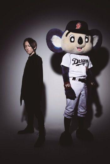 L'Arc~en~Cielのドラマーyukihiroとプロ野球球団・中日ドラゴンズのマスコットキャラクター・ドアラによ...