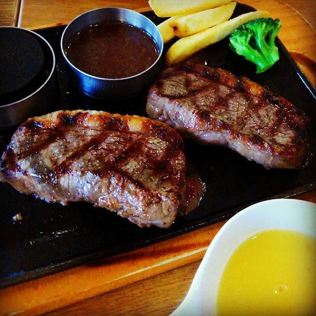 昼からビッグボーイで肉を食う‼😁 #steak #gourmet #food #lunch #pug #instapug #puginstagram #pretty #cute #tokyo #like4like #followme #love #happy #pugsofinstagram #instagood #follow #dogstagram #ビッグボーイ #ステーキ #肉 #グルメ #昼食 #ごはん #パグ #ガッツリ #旨い #男メシ
