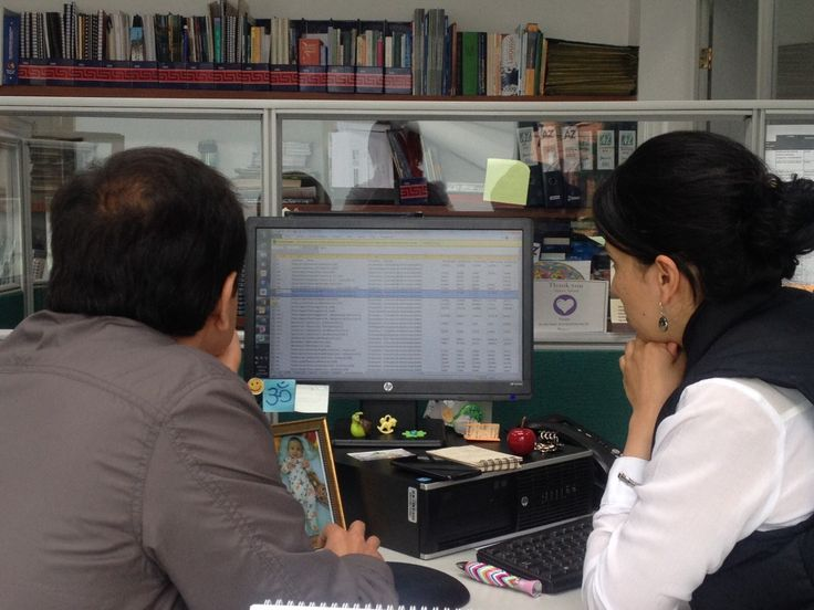 Mónica and Hugo focus on the Floriculture Indicators System's rates while Ximena spy them behind the screen… #MyWorkTeam