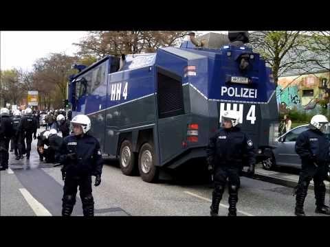 St.Pauli-Fans attackieren Polizei - YouTube