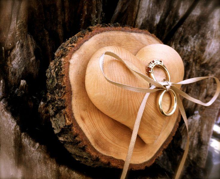 Coussin d'alliances terre : rondin de bois surmonté d'1 Cœur en bois & ruban