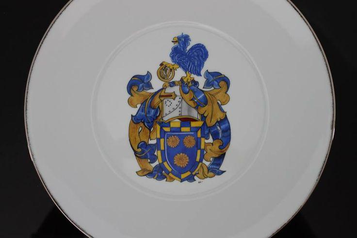 Coat of arms - armoiries Assiette de collection peinte à la main et ornée de platine. www.labutte.com #tplate #coatofarms #platinum #platine #gift #armoirie #assiettedecollection  #limoges #porcelaine #isabellelafargue #labutte