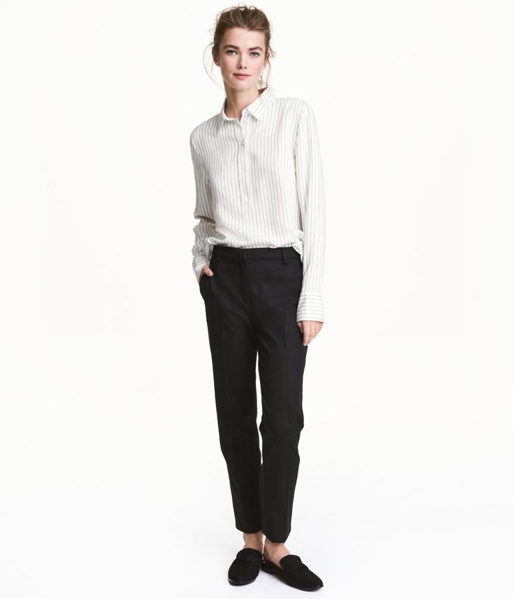 Sort. En dressbukse i elastisk, vevd kvalitet. Buksen har smal passform med avsmalende ben og normal midje. Sidelommer og en passepoillomme bak. Skjult