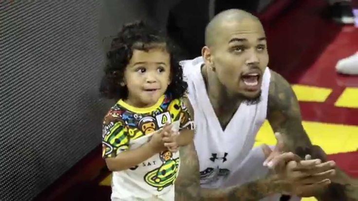Chris Brown Practices Some Dance Moves with Daughter Royalty at ...