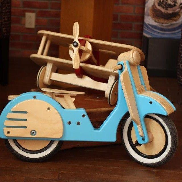 Aviones y bicicletas:  Juguetes de madera para niños y niñas de 1 a 4 años. Juguetes con materiales nobles para la interacción física, fabricados con madera y pinturas a base de agua y libres de plomo. Descubierto en  @Escapes With You.com  via: https://www.facebook.com/JuguetesDeVerdadMx