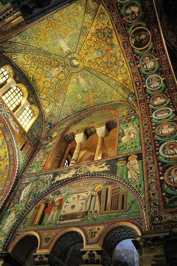 San VITALE - Ravenna - La parete laterale del presbiterio e la volta, completamente rivestite di preziosi mosaici.