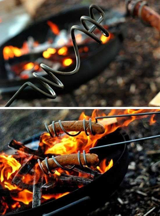 Как сделать держалку для сосисок Отличная держалка для сосиски; делается из простейшей толстой проволоки путём наматывания её на трубу. Получается весьма удобное приспособление: