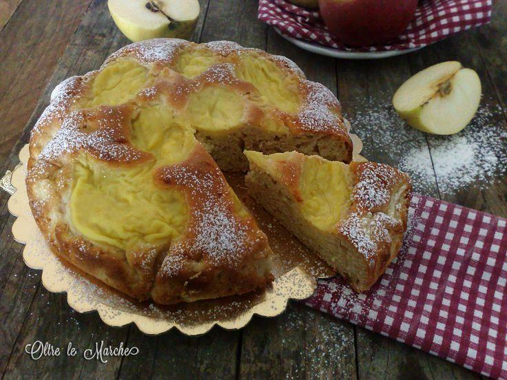 La torta nua alle mele, con tanta crema pasticcera, è soffice e golosa. I pezzi di mele nell'impasto danno ancora una maggiore cremosità al dolce.