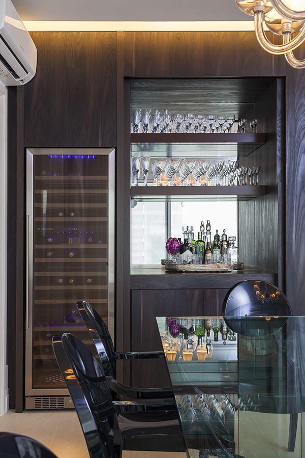 Projeto do escritório AR Arquitetura e Design, este apartamento em São Paulo traz diversas saídas inteligentes de integração e uma decoração moderna