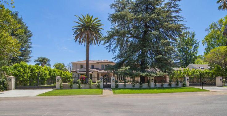 O imóvel está localizado ao sul de Ventura Boulevard na Área Estate de Tarzana. Digite através de portões eléctricos a uma privada luxuriante Sanctuary com alastrando pátios e terraços. Desfrute de mais de 7200 sf de luz natural entrando pela abundância de grandes...