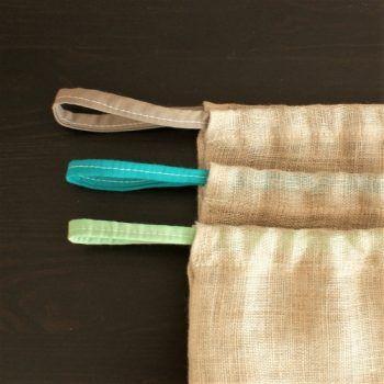 Sac à vrac avec fermeture par cordons coulissants. Les différentes couleurs de cordons permettent de s'organiser et ne pas avoir à relaver systématiquement vos sacs à vrac. Ex : cordon marron pour les aliments contenant de la terre (pommes de terre, carottes...). Cordon bleu pour le riz, pâtes...Cordon vert pour la farine...