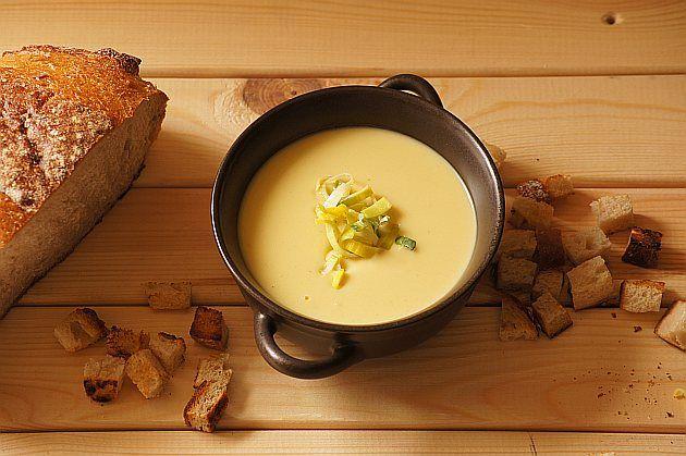 Zupa porowo-ziemniaczana : Składniki na zupę porowo ziemniaczaną: 250 g pora 250 g ziemniaków 1 cebula 1 miarka śmietany 900 ml bulionu warzywnego olej sól i pieprz Wykonanie: Pora k. Przepis na Zupa porowo-ziemniaczana
