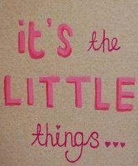 'Geniet van de kleine dingen in het leven' wordt vaak gezegd. Ook al zit het soms niet mee, een klein geluksmomentje is alles wat je nodig hebt om de toekomst weer positief in te zien. Knuffelen met je huisdier en wakker worden door zonnestralen maken toch elke dag goed?! Geluk zit 'm in de kleine dingen van het leven. Omdat wij van positiviteit houden hebben we 25 kleine, fijne dingen in het leven voor je op een rijtje gezet.