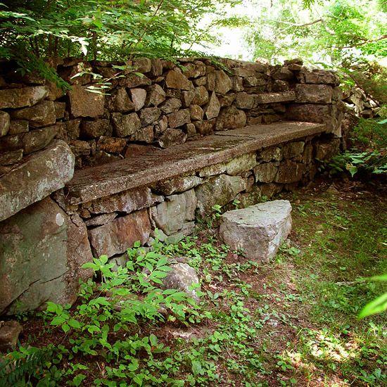 ideen für gartenmauer naturstein eingebaute sitzbank