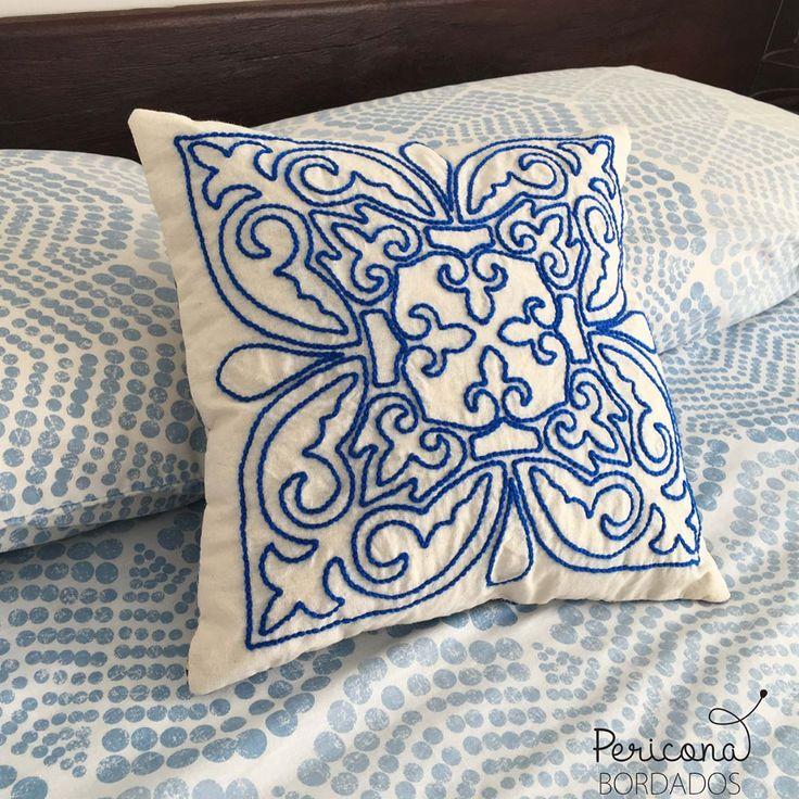Almohadones bordados a mano a pedido de Ele que eligiò azul como el mar azul  Que tengan un hermoso día! #almohadonesbordados #almohadones #bordadoamano #decoracion #detalles #deco #homedecor #homesweethome #hogar #azul
